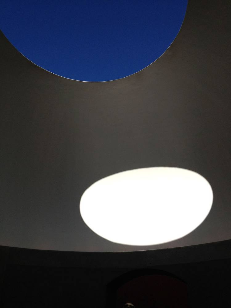 <p>Three Gems a 'skyspace' by James Turrell at the de Young Museum in San Franscisco. <em>Image credit Kyle Buchanan</em></p>